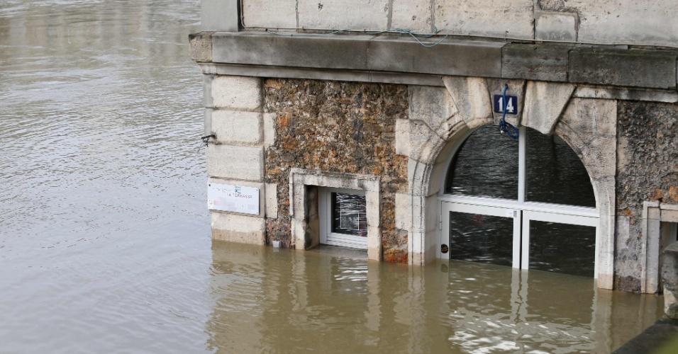 28.jan.2018 - O café Les Nautes, em Paris, foi parcialmente submerso pelas águas do Sena. O rio deve atingir o nível máximo até o final do dia