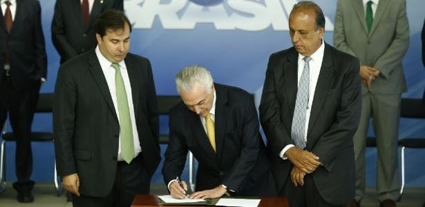 Com Maia e Pezão (d), Temer assina decreto de intervenção - Pedro Ladeira /Folhapress