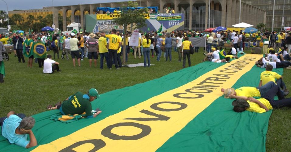 4.abr.2018 - Manifestantes em Brasília durante ato da direita que pede a prisão do ex-presidente Lula. Nesta quarta (4) está sendo julgado o pedido de Habeas Corpus da defesa de Lula no STF (Supremo Tribunal Federal)