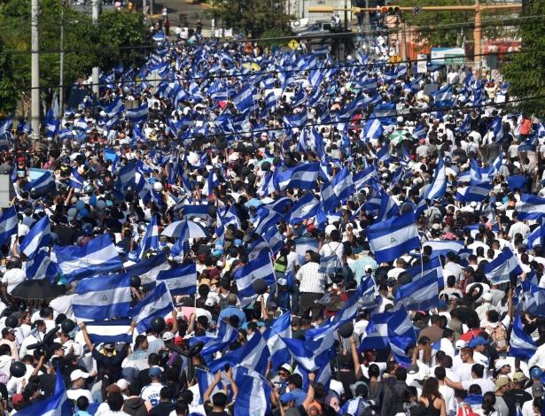 Pessoas marcham em protesto contra Daniel Ortega, pedindo sua saída do governo