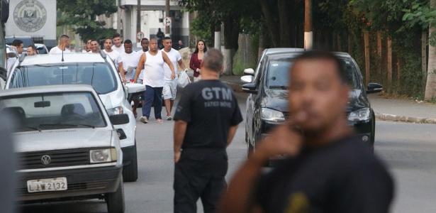 26.abr.2018 - Suspeitos que foram presos em uma suposta festa da milícia em Santa Cruz deixam o presidio de Gericinó, em Bangu