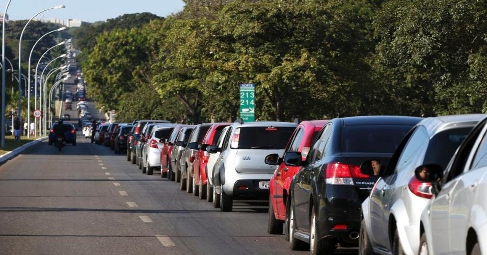 Brasilienses enfrentam até 4 km de filas para abastecer em posto de combustíveis que vende gasolina a R$ 2,98 como parte do Dia da Liberdade de Impostos (DLI)