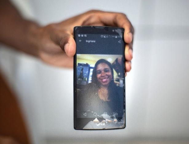 Natanael Barbosa mostra foto de sua irmã, Ingriane Barbosa Carvalho, que morreu após um aborto clandestino - Lianne Milton/The New York Times