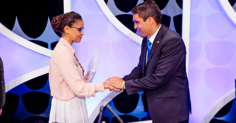 Marina Silva (Rede) cumprimenta cabo Daciolo (Patriota) durante o debate presidencial promovido pelo UOL, Folha e SBT