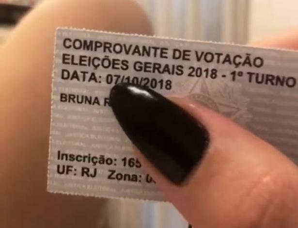 """Bruna Marquezine exibiu seu comprovante de votação em uma publicação no Instagram. """"Já foi votar?"""", perguntou a seus seguidores"""