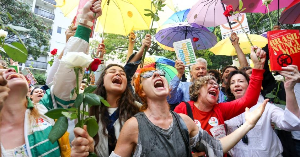 28.out.2018 - Apoiadores do candidato à presidência Fernando Haddad (PT) fazem manifestação em frente Brazilian International School em São Paulo (SP) na manhã deste domingo