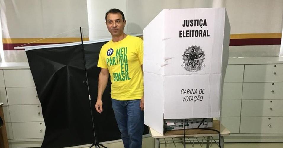28.out.2018 - O candidato ao governo de Santa Catarina, Carlos Moisés da Silva, conhecido como Comandante Moisés (PSL), votou por volta das 11h30, em Tubarão, no Colégio São José