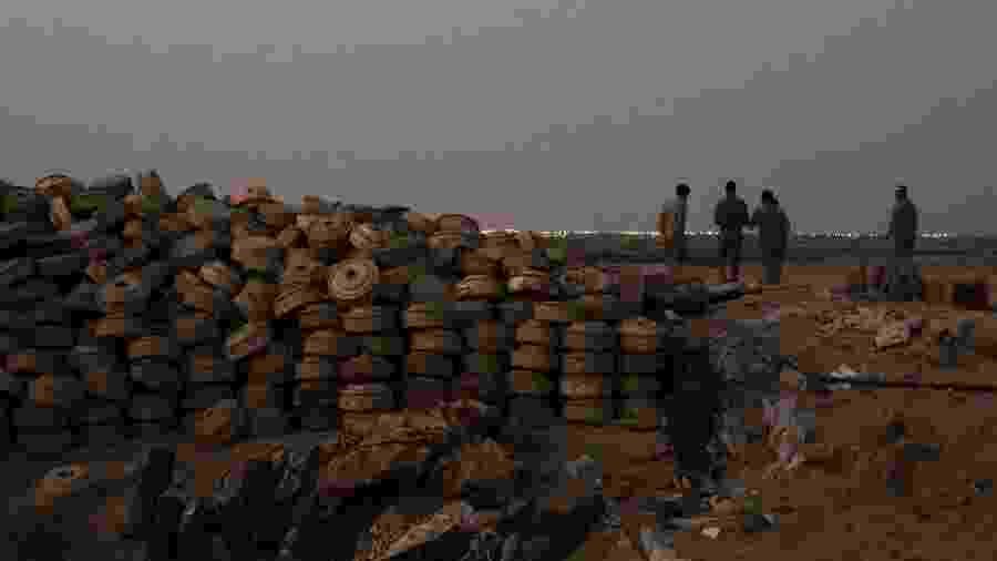 Uma montanha de minas terrestres que os soldados iemenitas disseram ter coletado nos últimos dois meses, em Al Haifa, no Iêmen - Tyler Hicks/The New York Times