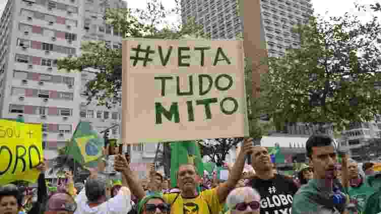 25.ago.2019 - Manifestante segura cartaz a favor de veto a lei de abuso de autoridade em protesto no Rio - Saulo Angelo/Futura Press/Estadão Conteúdo