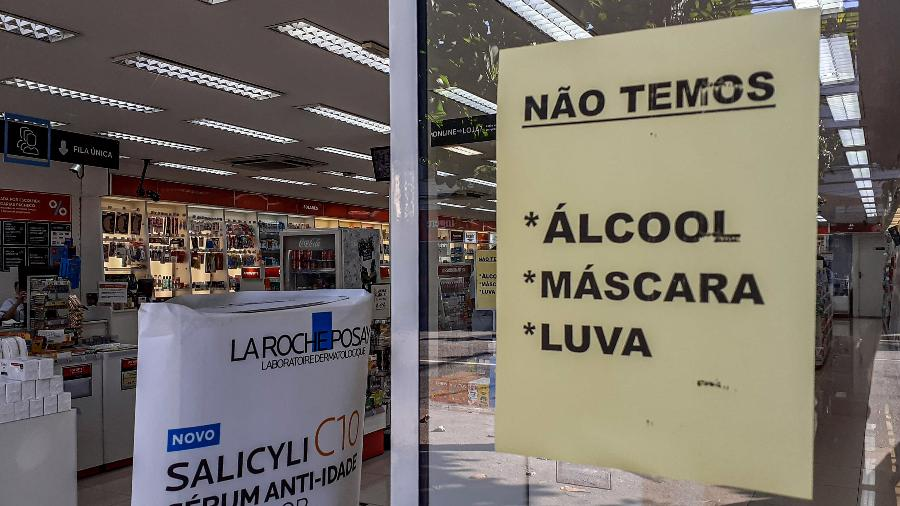 Aviso em farmácia sobre a falta de máscaras, álcool em gel, em Jacarepaguá, bairro localizado na zona oeste do Rio de Janeiro - NAYRA HALM/FOTOARENA/ESTADÃO CONTEÚDO