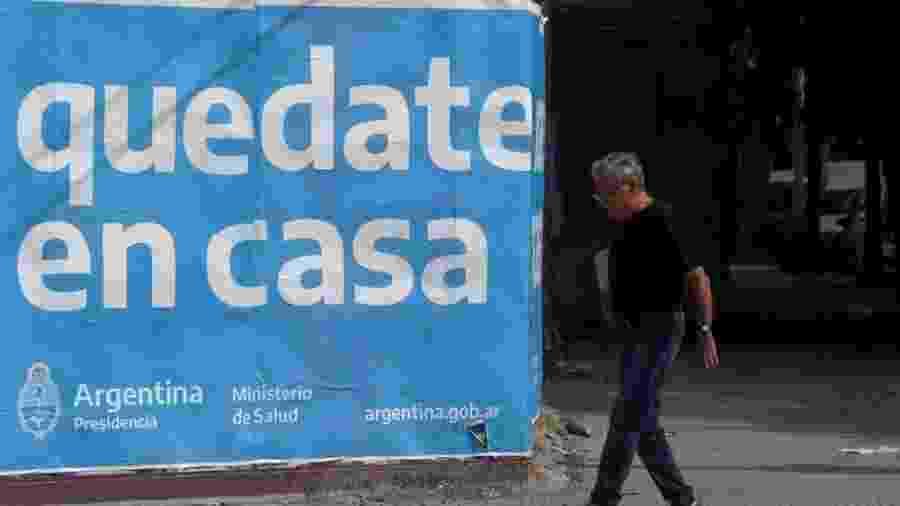 Outdoor em Buenos Aires pede que as pessoas fiquem em casa; idosos estão recebendo atendimento psicológico telefônico durante a quarentena - Reuters