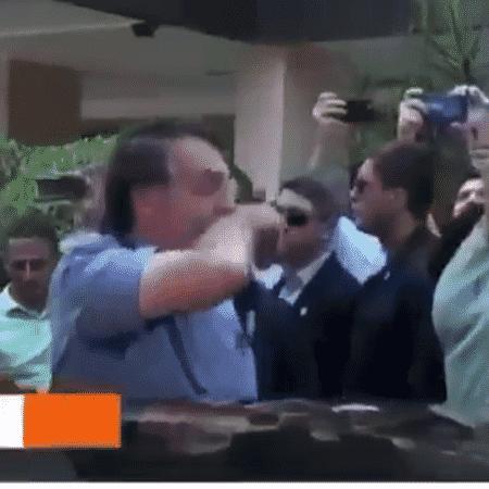 Bolsonaro esfrega nariz em braço - Reprodução