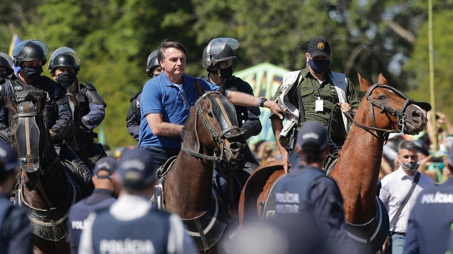 O presidente Jair Bolsonaro cavalga ao lado de policiais militares em meio à manifestação pró-governo em Brasília, em 31 de maio - Dida Sampaio/ Estadão Conteúdo