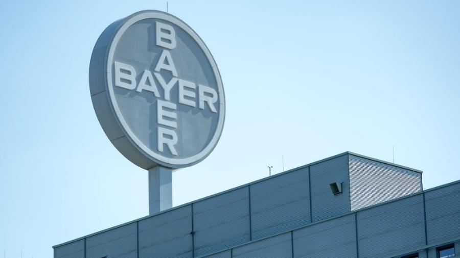 Logo da Bayer, empresa química e farmacêutica alemã - Por Ludwig Burger e Tina Bellon