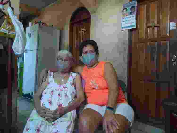 A aposentada Dionice da Silva Bentes, 65 e sua mãe de 80 anos; ela diz estar com medo da volta às aulas em Manaus - Arquivo pessoal - Arquivo pessoal