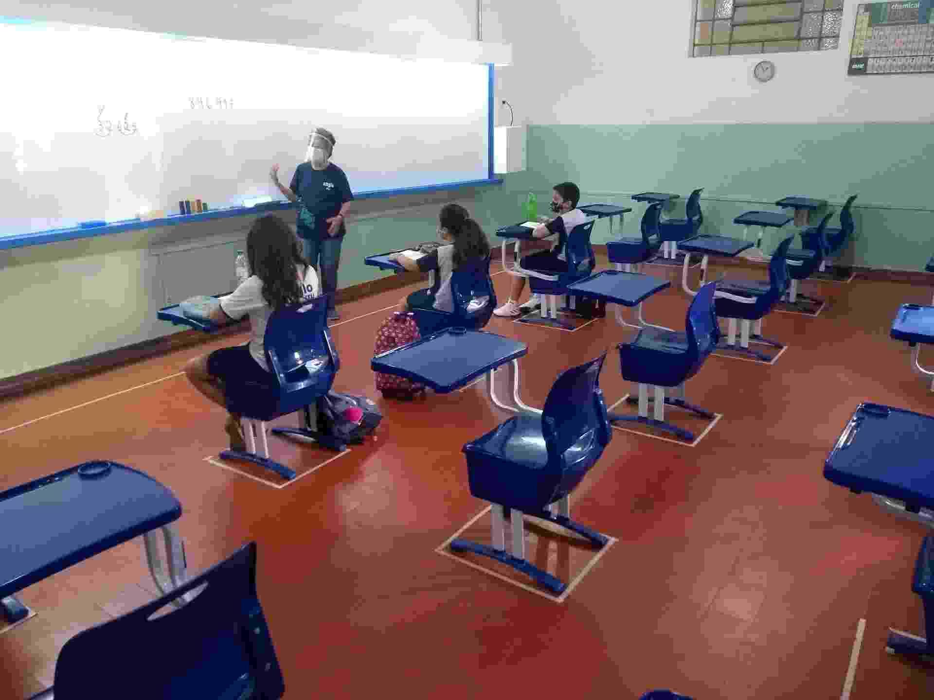 Alunos durante atividade de reforço no colégio Cidade de Itu, no interior de São Paul; escolas foram autorizadas a reabrir para atividades de apoio e orientação - Alex Tajra/ UOL