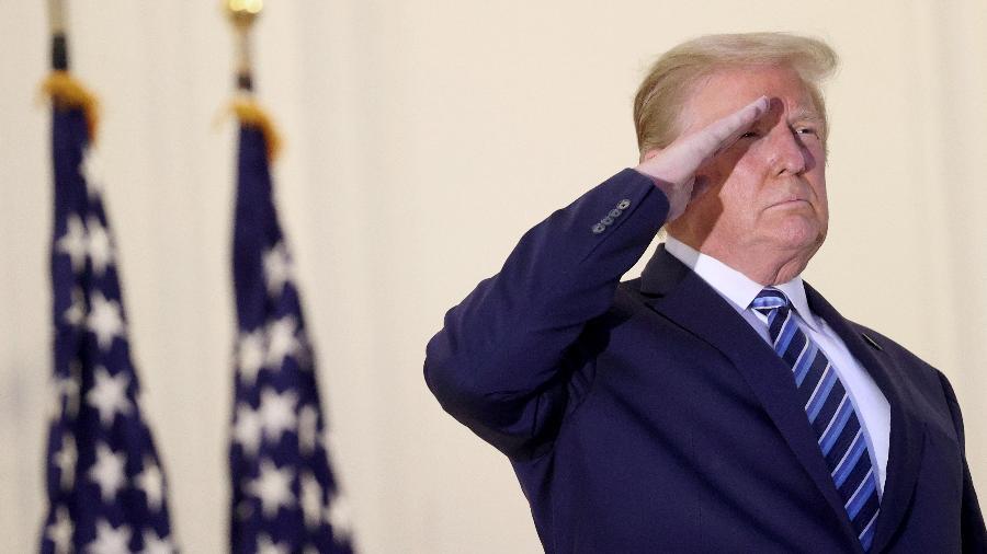 Ações de Wall St recuaram mais de 1% após Trump interromper projeto de lei para alívio aos efeitos econômicos do coronavírus. - Win McNamee/Getty Images