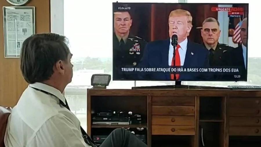 Presidente Jair Bolsonaro assiste a entrevista coletiva do ex-presidente dos Estados Unidos, Donald Trump - Reprodução/Facebook