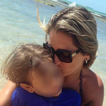A fisioterapeuta pernambucana Cláudia Franco Boudoux, de 44 anos, com seu filho, Carlos - Arquivo Pessoal