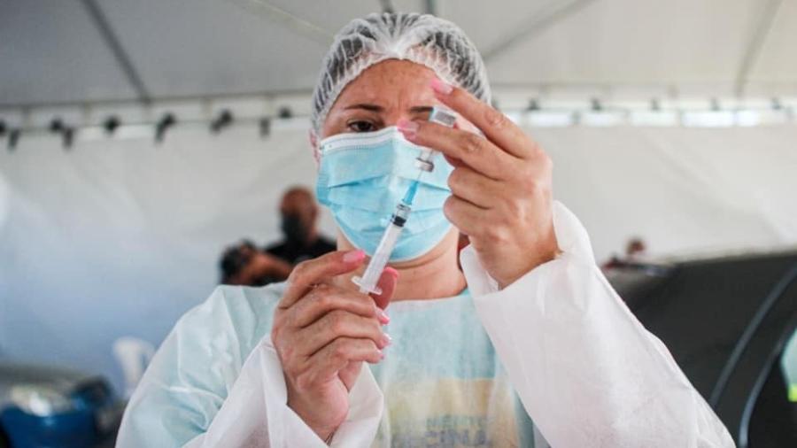 Profissional da saúde aspira imunizante contra a covid-19 em seringa, no Maranhão - Reprodução/Facebook/Secretaria de Estado da Saúde do Maranhão