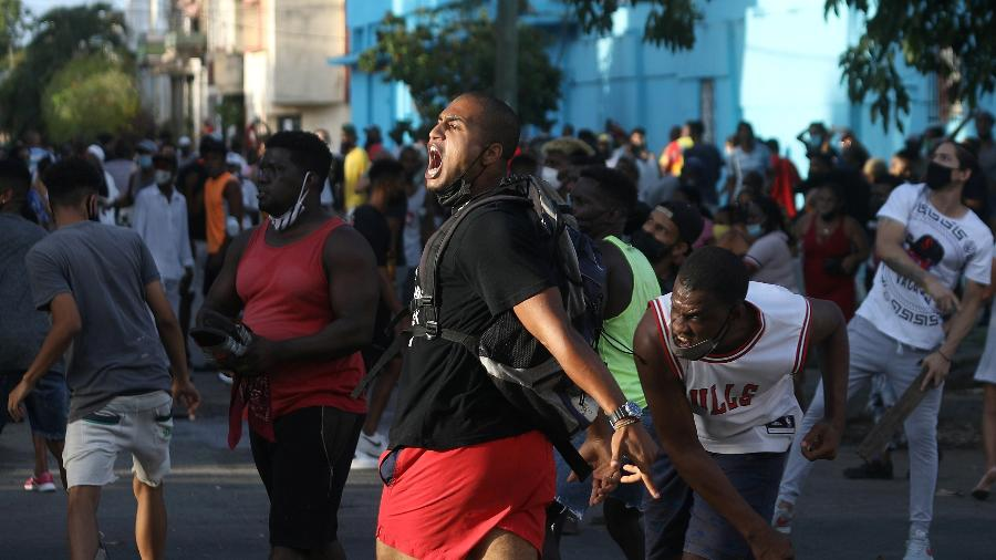 11.jul.2021 - Pessoas gritam frases contra o governo durante um protesto, em meio ao surto do coronavírus, em Havana, Cuba - REUTERS / Alexandre Meneghini