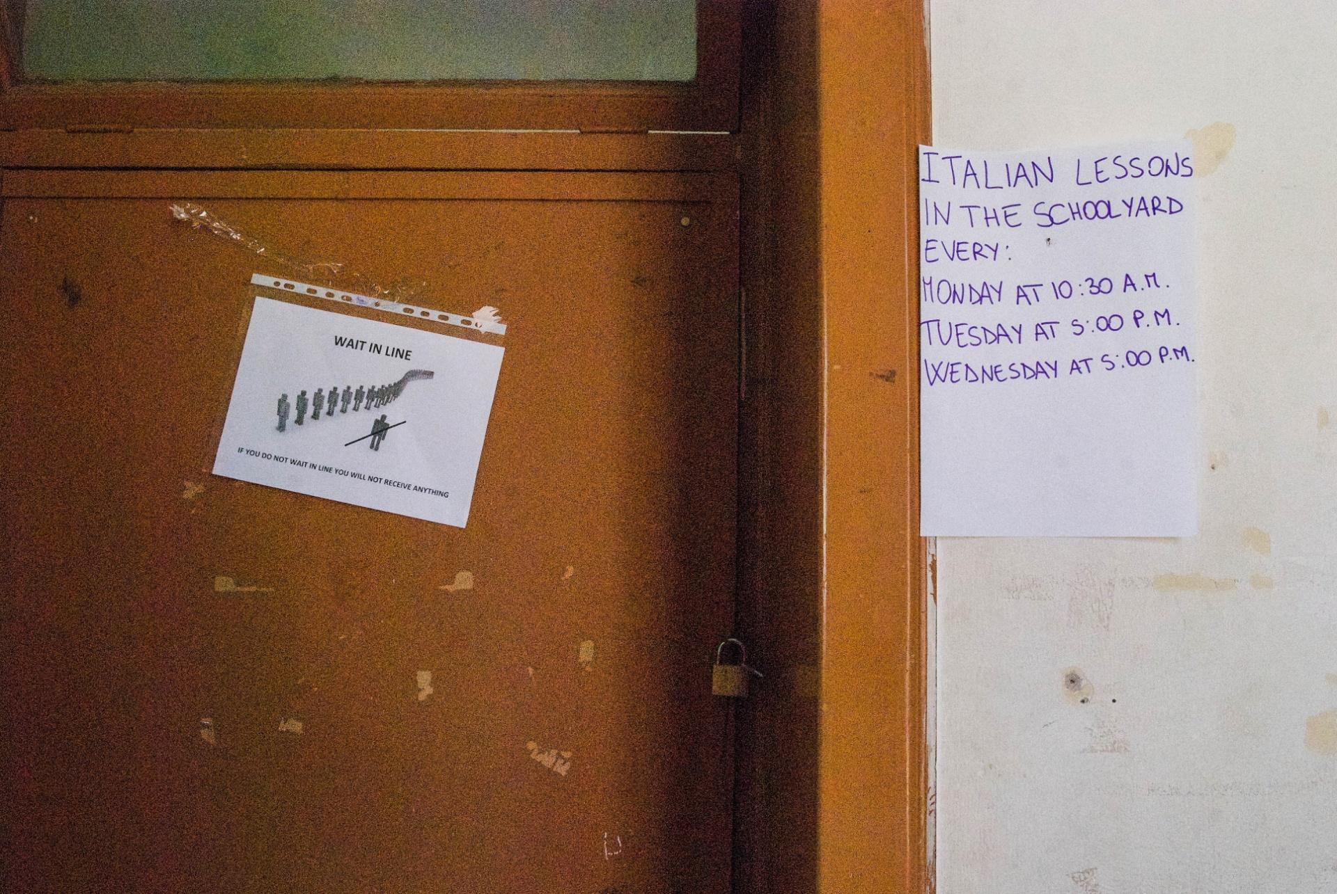 2.out.2015 - Em abrigo para refugiado na Itália, os comunicados são precariamente anexados nas paredes e são somente em inglês. À espera do visto de permanência, os imigrantes são distribuídos em centros de acolhida do governo ou em Onlus (entidades sem fins lucrativos). As Onlus, na teoria, aplicam projetos de