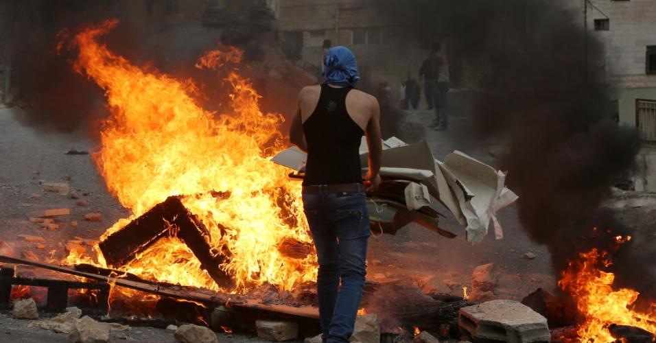 """6.outo.2015 - Rebeldes palestinos entraram em confronto com tropas de Israel na cidade de Nablus (Cisjordânia) após a morte de um adolescente palestino de 13 anos em uma ofensiva das forças de segurança israelenses nas proximidades do campo de refugiados de Aida, em Belém. O presidente da ANP (Autoridade Nacional Palestina), Mahmoud Abbas, criticou a ação do primeiro-ministro israelense, Benjamin Netanyahu, acusando-o de promover uma """"escalada"""" das tensões na região"""