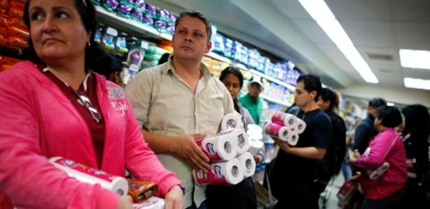 Fila para comprar papel higiênico na Venezuela