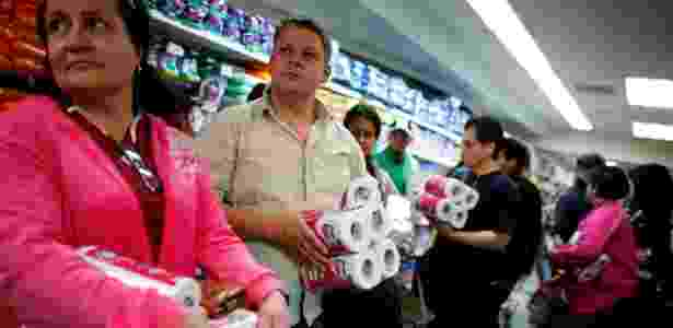 Fila para comprar papel higiênico na Venezuela - Jorge Silva/Reuters