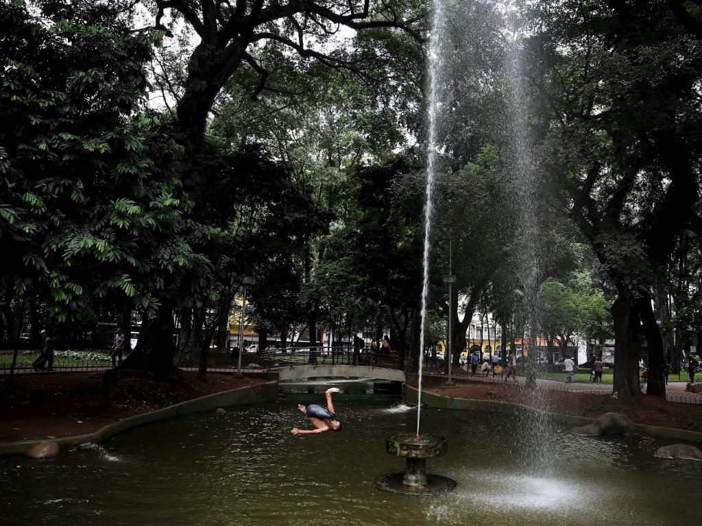 3.fev.2016 - Um garoto realiza salto na fonte da praça da República, em São Paulo (SP). Várias crianças aproveitaram a água do local para aliviar o forte calor que faz ao longo desta semana na capital paulista. Nesta quarta, a temperatura chegou à casa dos 30º C