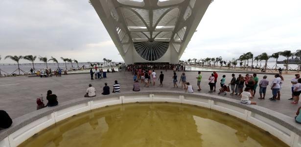 Piscina da área externa do Museu do Amanhã, com tom amarelado e sujo