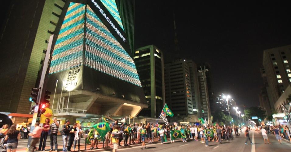 19.mar.2016 - Manifestantes realizam novo protesto contra o ex-presidente Lula e o governo Dilma em um trecho da avenida Paulista, na frente do prédio da Fiesp (Federação das Indústrias do Estado de SP).