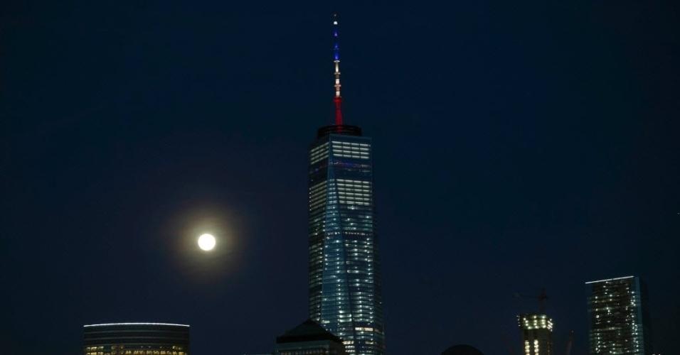 22.mar.2016 - Após promessa de iluminar o edifício One World Trade Center, em Nova York, Estados Unidos, com as cores da bandeira da Bélgica em homenagem às vítimas do atentado, torre aparece com as cores da bandeira da França