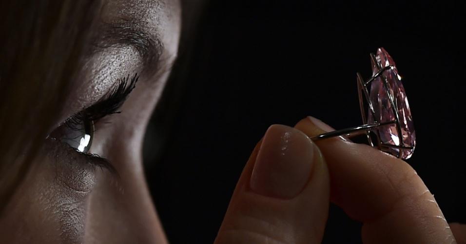 """7.abr.2016 - Mulher segura diamante rosa de 15,38 quilates, conhecido como a """"Única Rosa"""", durante uma apresentação para imprensa em Londres, no Reino Unido. A companhia inglesa de vendas por leilão Sotheby's leiloará a peça no dia 17 de maio e espera alcançar entre 19 e 26 milhões de libras"""