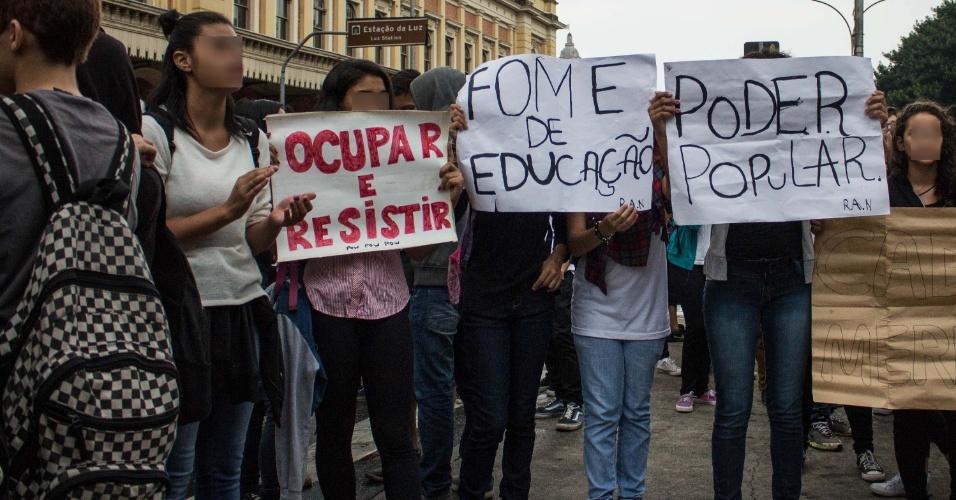 10.mai.2016 - Estudantes secundaristas fazem ato unificado pela CPI das Merendas, contra o corte na educação e reorganização disfarçada. A mobilização foi marcada para começar no Parque da Luz, em São Paulo (SP)