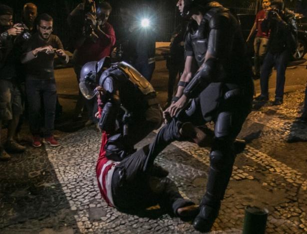 11.mai.2016 - Policiais militares entram em confronto com manifestantes contra o impeachment da presidente Dilma Rousseff durante ato para acompanhar o debate no Senado na avenida Paulista, em São Paulo