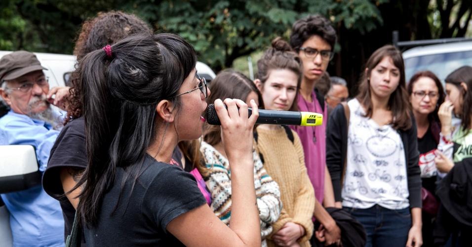 12.mai.2016 - Funcionários e alunos da USP debatem sobre greve geral na Cidade Universitária. Os servidores da instituição começaram uma paralisação nesta quinta (12). Alunos da Faculdade de Letras ocuparam na noite de ontem uma parte da unidade em apoio à greve