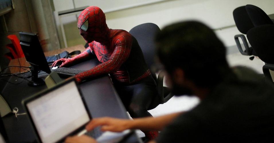 7.jun.2016 - Inicialmente, a família de Vazquez pensava que se vestindo como o Homem-Aranha ele iria arruinar a própria carreira. Ele já se veste como o super-herói há um ano e meio e a fantasia caiu bem aos alunos e outros professores, segundo ele
