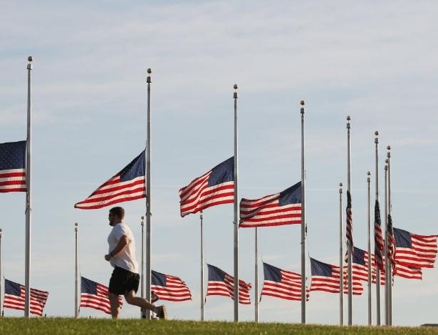 13.jun.2016 - Bandeiras do Monumento a Washington (EUA) são colocadas a meio mastro em respeito às vítimas de um tiroteio em Orlando. Pelo menos 50 pessoas morreram depois que um homem abriu fogo contra os frequentadores de uma boate gay na madrugada de domingo