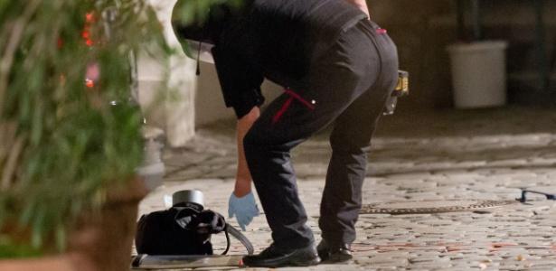 25.jul.2016 - Policial inspeciona mochila usada para carregar explosivos por suspeito de atentado suicida em Ansbach, Alemanha