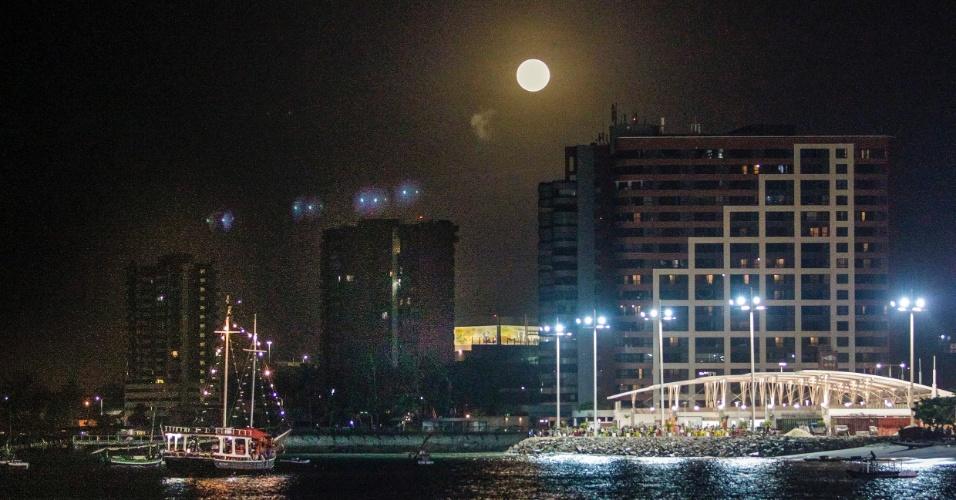 14.nov.2016 - Superlua é vista em Fortaleza. O fenômeno acontece quando a lua cheia coincide com o momento em que o satélite está mais próximo da Terra