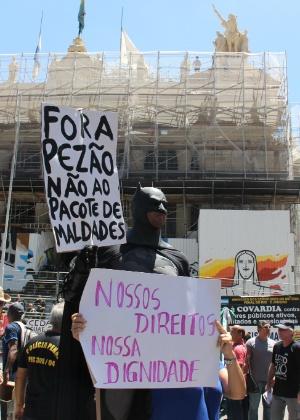 6.dez.2016 - Servidores de várias categorias protestam diante da sede da Alerj contra o pacote de austeridade do Governo do Estado
