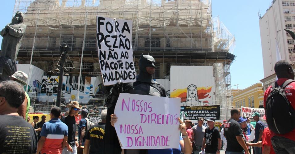 6.dez.2016 - Servidores de várias categorias protestam diante da sede da Alerj (Assembleia Legislativa do Estado do Rio de Janeiro), na manhã desta terça-feira (6), primeiro dia de votação do pacote de austeridade do Governo do Estado