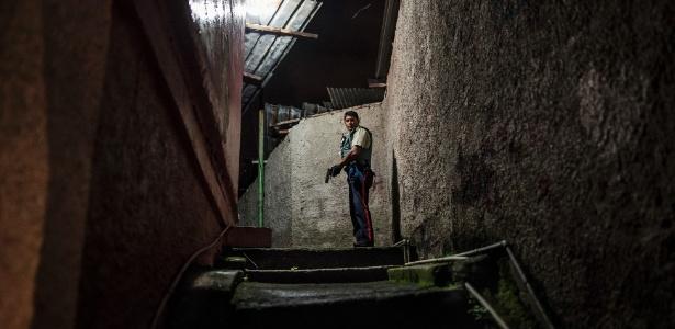 Policial patrulha favela em Carrizal, na Venezuela