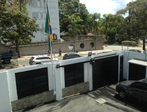 Foto tirada de dentro do consulado em fevereiro de 2013 mostra parede de tijolos construída nos portões - Reprodução