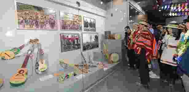 2.fev.2017 - O presidente da Bolívia, Evo Morales, observa mostra com presentes que recebeu durante seu governo, no Museu da Revolução Democrática e Cultural, em Orinoca - Freddy Zarco/ABI - Freddy Zarco/ABI