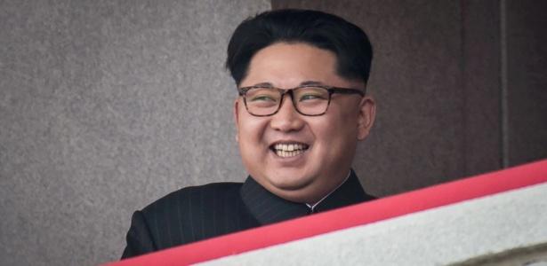 10.mai.2016 - Kim Jong-un acompanha uma parada militar em Pyongyang, Coreia do Norte