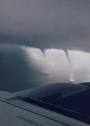 Passageiro flagra momento em que avião passa próximo de três tornados na Rússia - Reprodução/Instagram