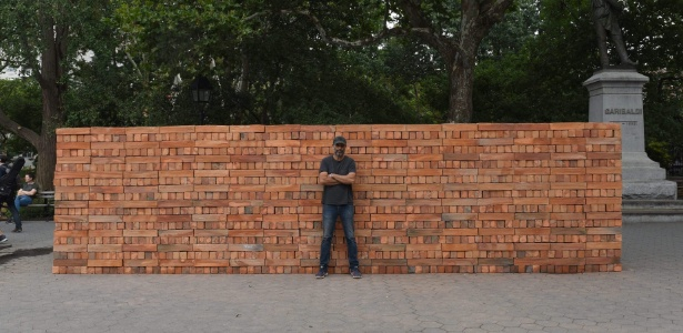 O artista mexicano Bosco Sodi construiu um muro no Washington Square Park, em Nova York