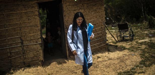 Mayreilis Alvarez Rodriguez, uma médica cubana, deixa a casa de um paciente em Santa Rita, no Brasil
